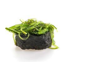 Sushi de salade d'algues épicées sur fond blanc photo