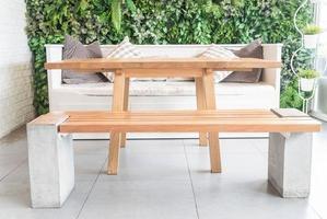 chaise en bois vide au restaurant photo