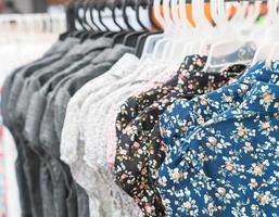 les vêtements pendent sur une étagère photo