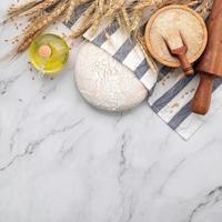 pâte à levure fraîche maison sur table en marbre photo