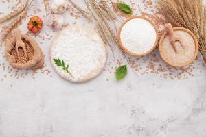 les ingrédients pour la pâte à pizza mis en place sur fond de béton blanc photo