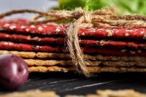craquelins à la farine de betterave et de seigle avec des légumes pour faire des collations photo