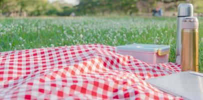 texture de nappe à carreaux rouge avec accessoires photo