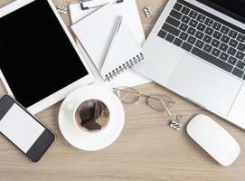 ordinateur portable avec fournitures de bureau et café sur la table. photo