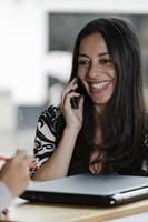 femme parlant sur son téléphone portable, avec un visage souriant photo