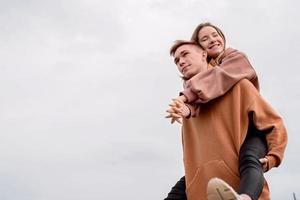 couple s'embrassant à l'extérieur dans le parc sur fond de ciel photo
