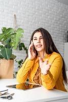 femme jardinier travaillant sur tablette numérique et appelant au téléphone photo