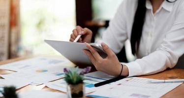 gros plan d'une femme ou d'un comptable tenant un stylo travaillant photo