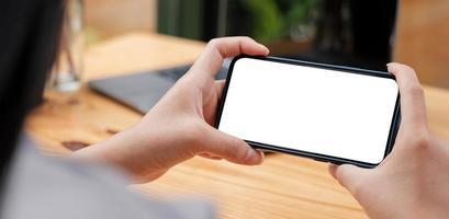 image maquette main de femme tenant des textos à l'aide de noir photo