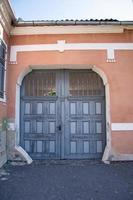 biertan, sibiu, roumanie, 2020.la façade d'une maison porte en bois gris photo