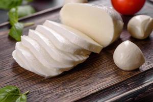 savoureux fromage mozzarella frais pour faire une salade caprese photo