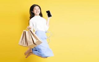 jeune fille tenant un sac à provisions photo