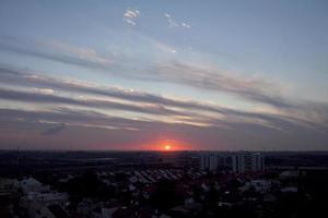 un coucher de soleil fou en israël vue sur la terre sainte photo