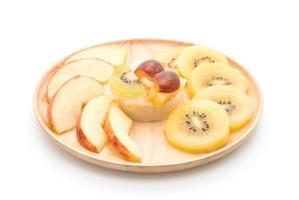 Pudding fruits avec kiwi et pomme sur fond blanc photo