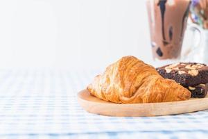 croissant et brownies sur table photo
