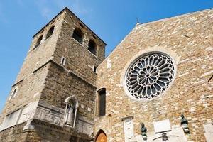 vue extérieure de la façade de st. église giusto à trieste. photo