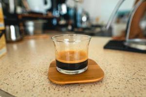 café ecfresso d'une machine à presser dans une tasse photo