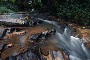 ruisseau après la pluie dans la forêt tropicale photo