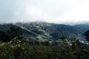 montagnes et villages ruraux sous la pluie photo