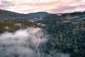 au-dessus de la vue sur la montagne dans le village rural le soir photo