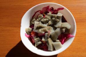 salade aux poires dans un bol blanc sur une table de café en bois photo