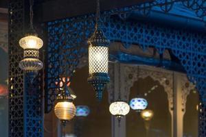 fond avec des lumières orientales à l'arrière-plan d'un mur en bois. photo
