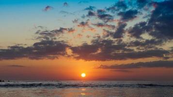 beau coucher de soleil lumineux sur la mer. photo