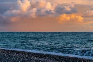 ciel rose pâle magique avec des nuages colorés moelleux photo