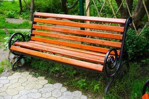 gros plan de banc en bois de jardin. sans personne photo