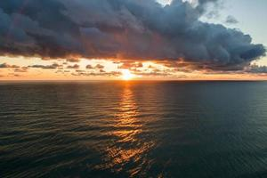 vue aérienne du paysage de la mer avec un beau coucher de soleil photo