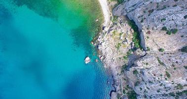 vue aérienne du paysage de montagne au bord de la mer photo