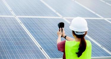 une jeune femme ingénieure en cellules solaires travaille dur. de travail photo