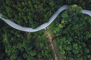 route de montagne dans un village rural forme ci-dessus photo