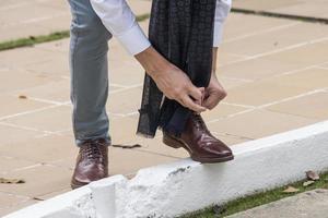 gros plan, de, homme, attachant chaussures photo