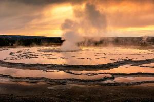scène dorée du bassin du geyser de la fontaine à Yellowstone. photo