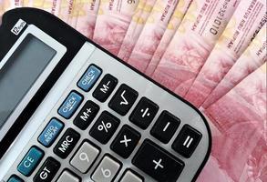 gros plan calculatrice pour compter de l'argent. photo