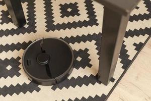 robot aspirateur fait son travail maison photo