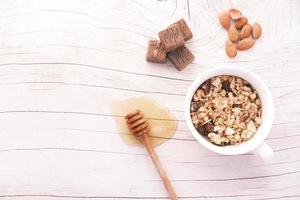 petit déjeuner de céréales dans un bol, miel, amande photo