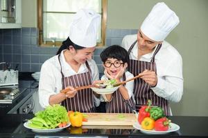 femme asiatique, jeune mère, à, fils, garçon, cuisine, salade photo