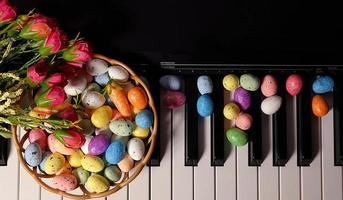 oeufs de Pâques pascals et touches de piano photo