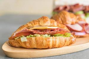 jambon sandwich croissant sur table photo