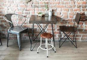 Chaise en bois vide au restaurant - filtre effet vintage photo