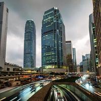 Horizon de hong kong au quartier central des affaires avec sentier lumineux le soir, hong kong, chine. photo