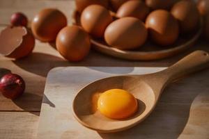 les œufs pondent sur des plateaux en bois et ont des œufs cassés. photo