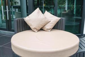 belle terrasse extérieure de luxe avec oreiller sur canapé photo