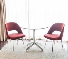 belle chaise de luxe et décoration de table dans le salon photo