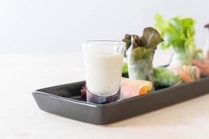 rouleau de printemps de nouilles aux légumes frais photo