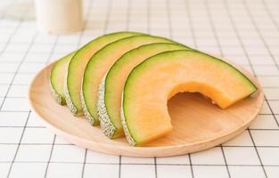 melon cantaloup frais pour le dessert sur table photo