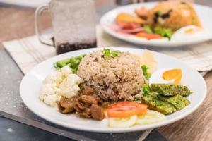 riz frit avec sauce à la pâte de crevettes et porc haché photo