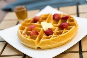 gaufre au beurre au miel et fraise - dessert photo